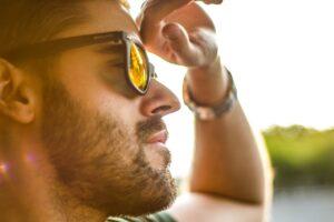 Hombre con gafas de sol polarizadas
